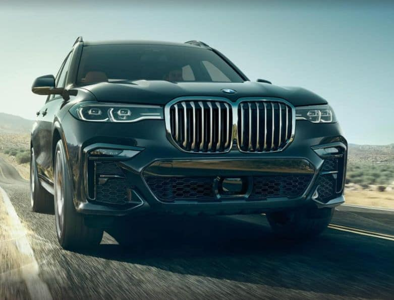 Frontal picture of the BMW X7 showing the grille and headlights.
