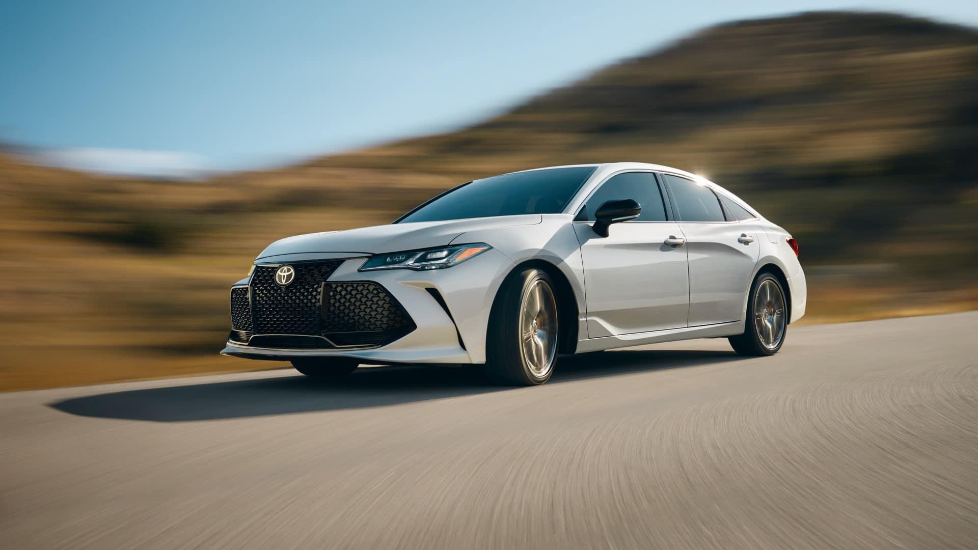 Toyota_Avalon_Driving_Mountain_Road